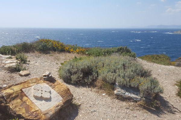 La tombe de Paul Ricard sur le point culminant de l'île.