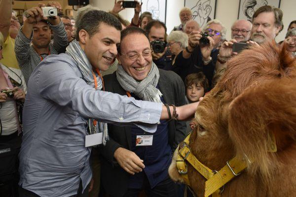 """Khalid Gueddar (à g.) et Michel Kichka (à d.), co-lauréats du Grand Prix de l'Humour Vache 2016, devant leur """"traditionnelle récompense""""."""