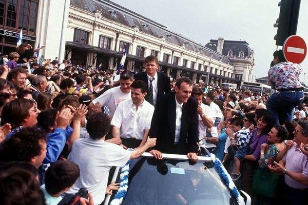 Bernard Laporte et ses coéquipiers de retour à la gare de Bordeaux Saint-Jean après leur victoire.