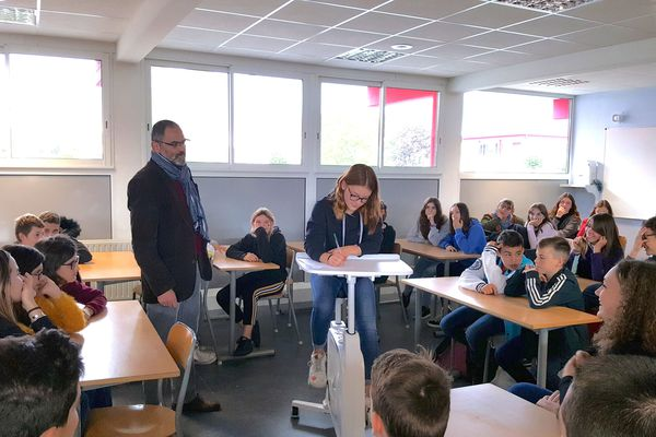 Les élèves du collège de Lapalisse (Allier) disposent de 4 vélos-bureaux pour se dépenser pendant les cours.