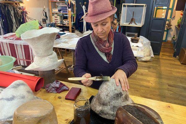 La Chapelière Emilie Oliver tient cette boutique depuis 2 ans, elle s'inquiète du moral des habitants de Tende depuis Alex