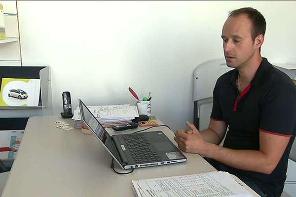 Concessionnaire à Goncellin, en Isère, Michaël attend avec angoisse la prochaine décision du gouvernement sur le prélèvement à la source.