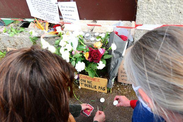 Des passants rendent hommage à Chahinez, brûlée vive par son ex-conjoint à Merignac le 4 mai 2021.