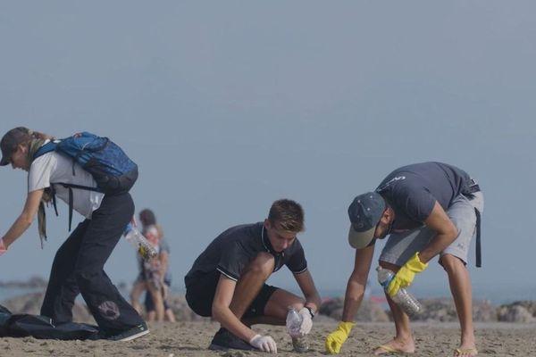Ramassage de déchets plastiques sur la plage à l'occasion de la Journée Mondiale des Océans.