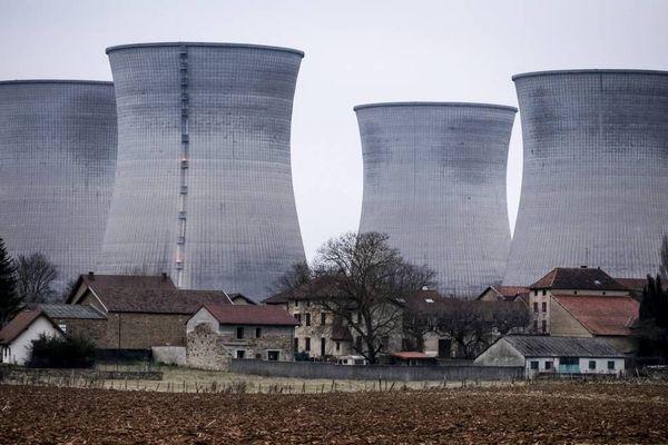 Les tours de refroidissement de la centrale nucléaire du Bugey dans le département de l'Ain