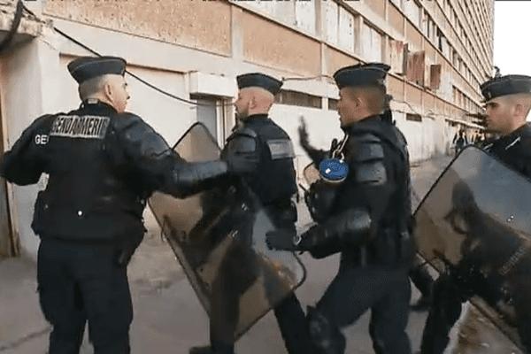 Les gendarmes procèdent à l'évacuation des derniers migrants de la tour H au Parc Kallisté à Marseille