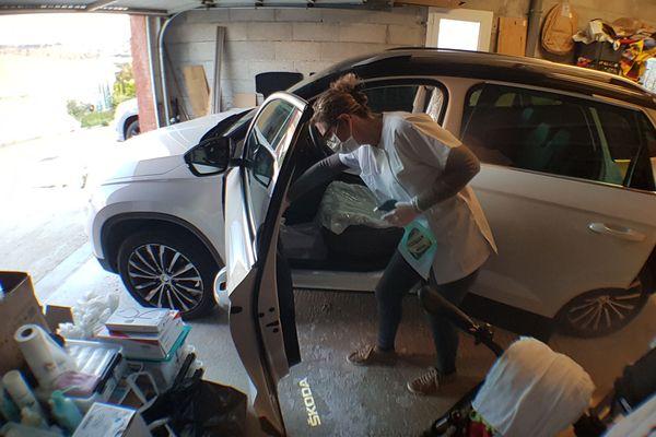 Jessica Cleys, infirmière libérale à Narbonne a improvisé un SAS de désinfection dans son garage. Elle désinfecte sa voiture à son retour de tournée pour ne pas contaminer ses proches.