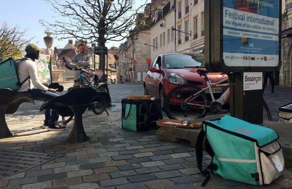 Chaque jour, plusieurs livreurs se retrouvent pour déjeuner sur le pouce, au centre-ville de Besançon.