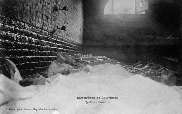 Les cadavres de mineurs entreposés.