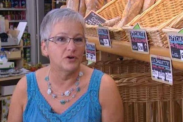 Claudine Vallat, devant le pain qu'elle vend depuis 35 ans.