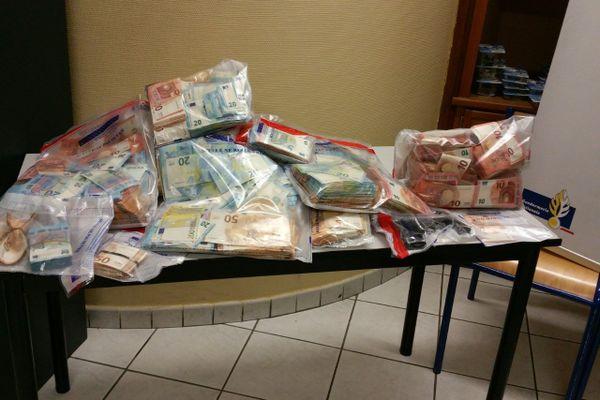Les 282 000€ saisis en liquide par la police.