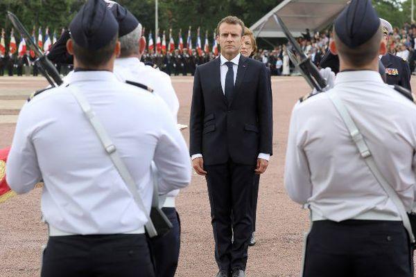 Revue de troupes du président de la République, ce matin, sur la base aérienne de Rochefort, en compagnie de la ministre des Armées, Florence Parly.