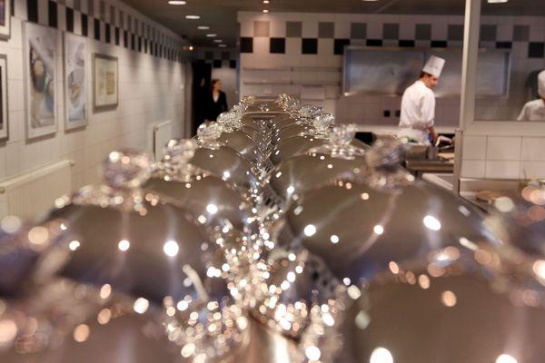 """Les cuisines du restaurant """"l'Assiette Champenoise"""" à Tinqueux (51) du chef Arnaud Lallement."""