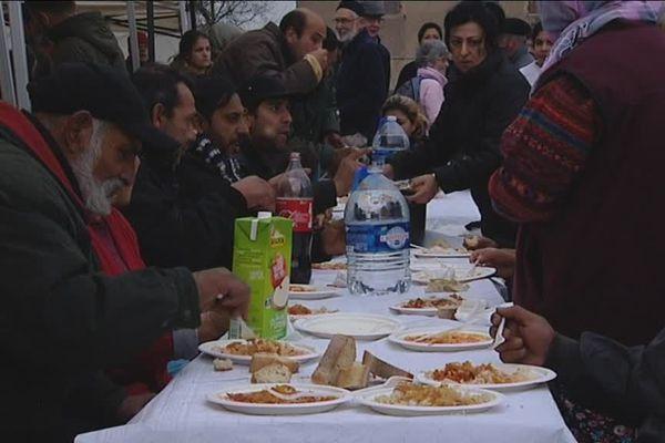 Des bénévoles ont organisé un repas pour partager un moment de convivialité avec les migrants qui campent depuis plusieurs mois sur le parking Monnier, au centre-ville de Mâcon, en Saône-et-Loire.