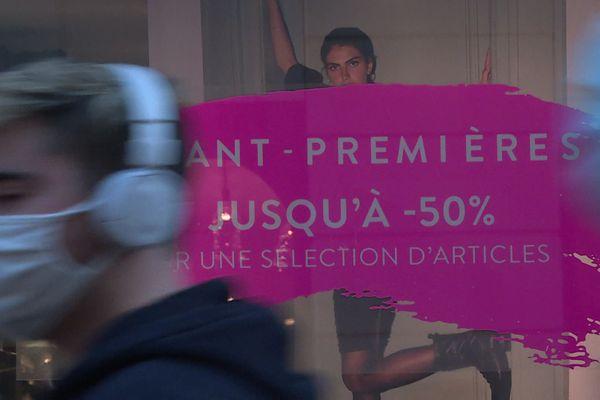 """Promos, ventes privées, avant-premières, """"winter vibes"""" ... les termes changent mais l'idée est la même : vendre sa marchandise pour écouler ses stocks de l'automne-hiver 2020."""