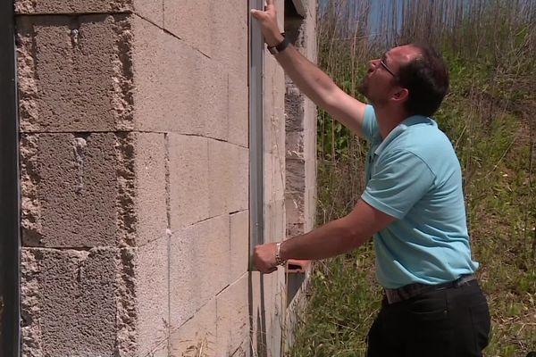 """""""Les murs ne sont pas droits, il y a un écart de 5 cm, c'est comme une pyramide"""" se désole le propriétaire"""