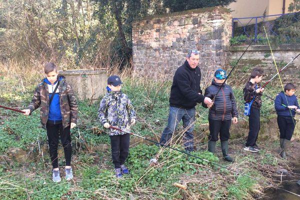 La pêche : un jeu d'enfant ? Oui et non. Difficile, en effet, de taquiner la truite sans un minimum de technique. A Montluçon, dans l'Allier, l'Union des pêcheurs bourbonnais a ouvert une école de pêche ouverte aux enfants dès l'âge de 9 ans.