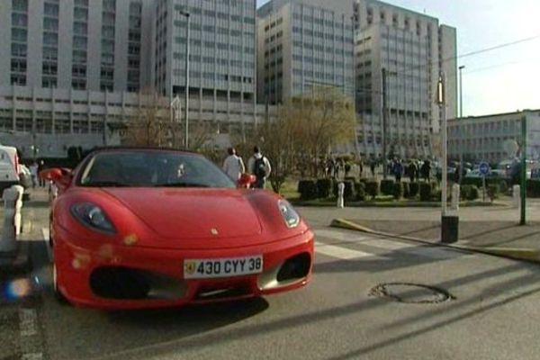 Depuis l'hospitalisation du pilote, Patrick Héraud, se rend tous les jours au CHU avec sa Ferrari.