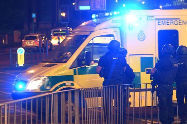 Les forces de police ont créé un périmètre de sécurité autour de la salle de concert
