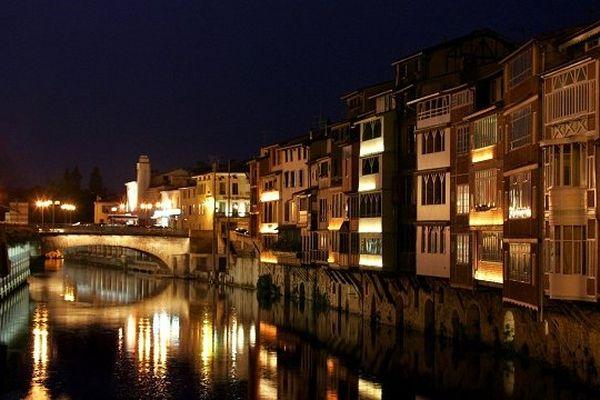 Castres est la sous préfecture du Tarn. Vue de nuit avec ses maisons ateliers de tanneurs et de tisserands au bord de l'Agout.