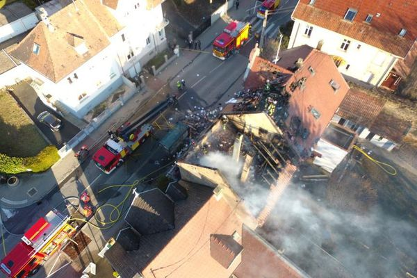 Un feu de toiture a ravagé deux habitations ce dimanche à Eckbolsheim, dans le Bas-Rhin.