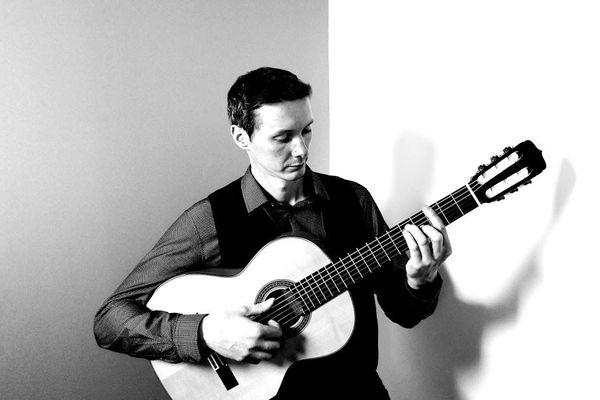 Nicolas Smith, professeur de guitare et directeur de l'école de musique d'Epernay lance un appel au gouvernement pour pouvoir rouvrir.
