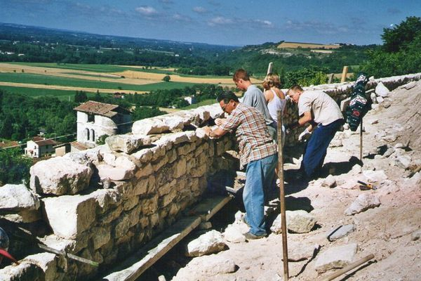 Des bénévoles sur le chantier de restauration du château en 2002