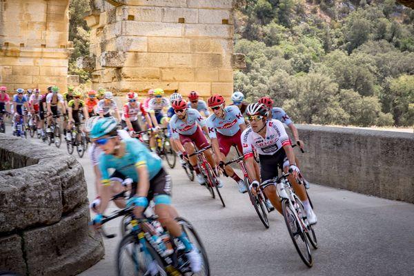 Tour de France 2019 - les coureurs sur le Pont du Gard - 23 juillet 2019.