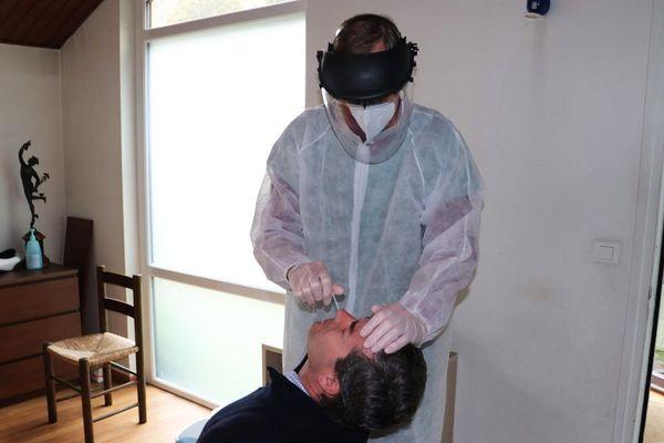 Le Docteur Bertrand Legrand en train de pratiquer un test dans on cabinet ce lundi