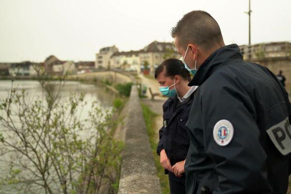 Le lendemain, deux des quatre policiers reviennent sur le lieu du sauvetage au bord de la rivière Oise à Creil