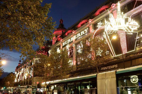 Le Printemps, un des grands gagasins parisiens les plus visités, a mis ses habits de lumière pour les fêtes de fin d'année.