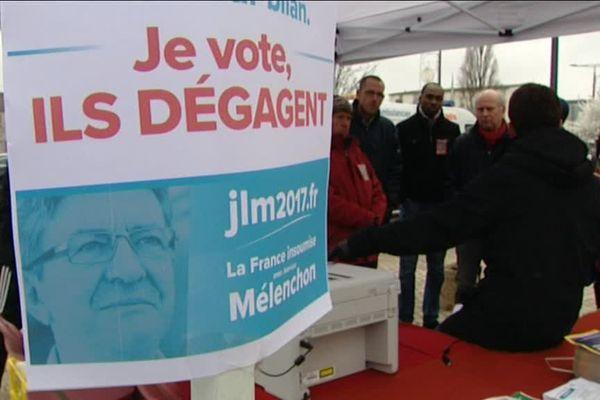 Les soutiens de Jean-Luc Mélenchon, à Orléans, lundi 19 décembre 2016.