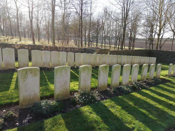 L'Ecoust Military Cemetery se trouve dans une clairière, près du centre du village.