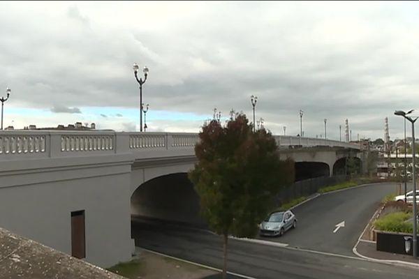 """Très fréquenté, le pont de la gare récemment rénové pourrait être baptisé """"pont Jacques Chirac""""."""