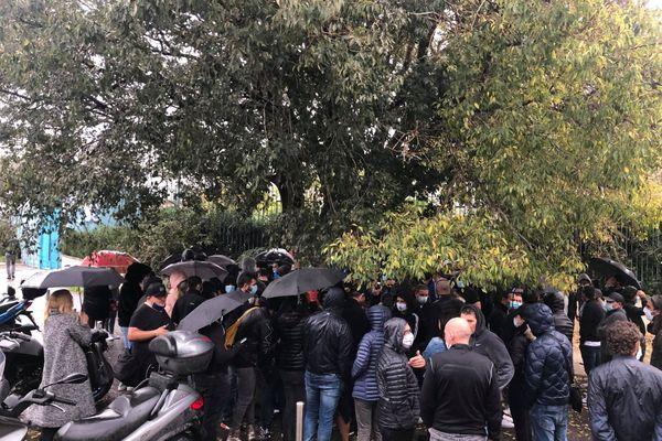 La manifestation a rassemblé près de 100 personnes sous la pluie.