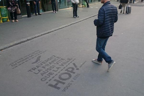 Un exemple de marquage publicitaire au sol, à Nantes.
