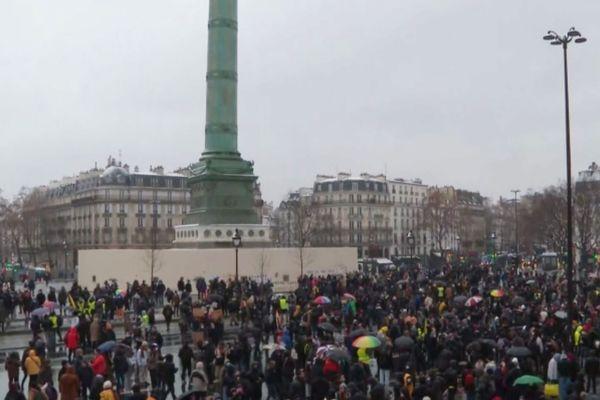 La manifestation parisienne s'est déroulée dans le froid et sous la neige.