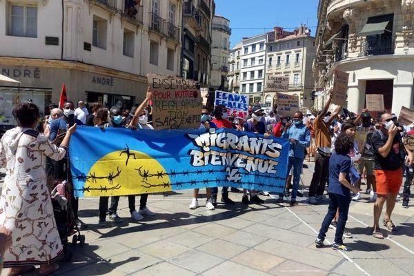 Plus de 200 personnes ont défilé ce samedi 20 juin entre la préfecture et la place de la Comédie pour réclamer l'aide de l'état en faveur des sans-papiers et des migrants, populations durement touchées par la crise du coronavirus.