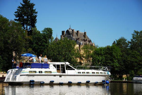 Avec le tourisme fluvial, on peut se promener en bateau, mais aussi à pied et à vélo, et s'arrêter pour visiter une ville ou un château…