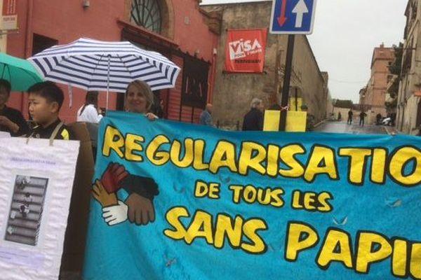 Une cinquantaine de personnes ont participé à la manifestation pour la régularisation des sans papiers à Perpignan.