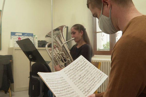 Plexiglas pour cette leçon de tuba ténor appelé aussi euphonium.