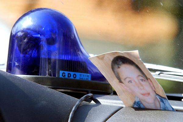 Une photo du petit Jonathan est déposée dans une voiture de la Gendarmerie nationale, le 12 avril 2004 à Saint-Brévin-les-Pins
