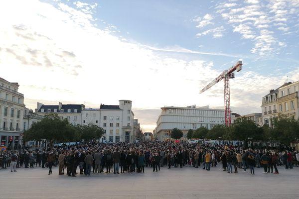 Des centaines de personnes rassemblées au pied de la mairie de Poitiers pour un hommage à Samuel Paty.