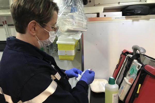 L'infirmière prépare le matériel de vaccination