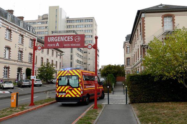 Un véhicule des pompiers arrive aux urgences du CHU Pontchaillou.