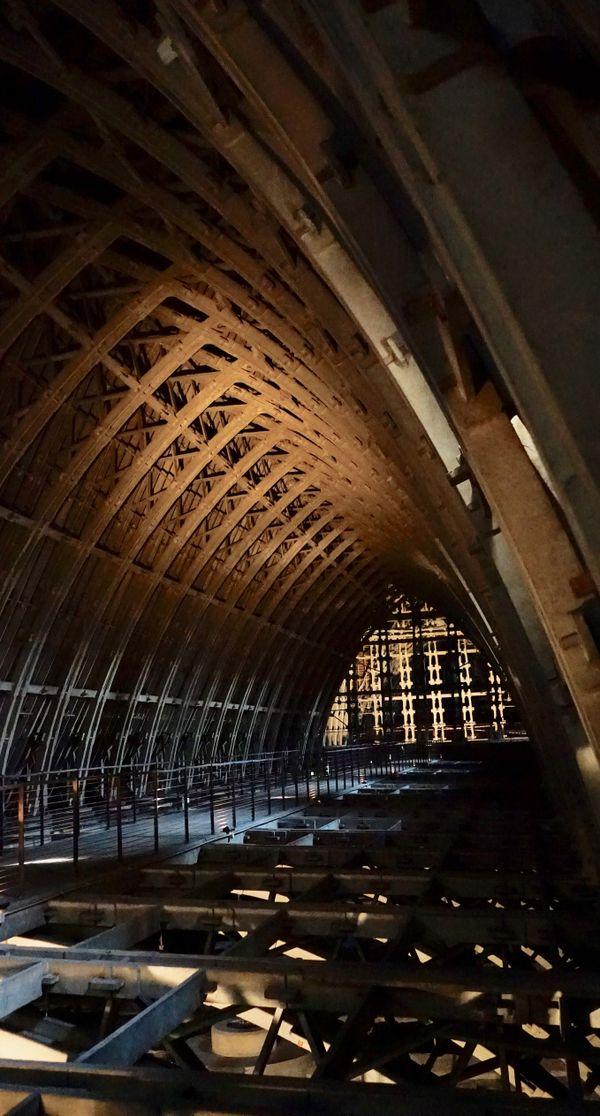 La charpente en béton de la cathédrale de Reims, construite après-guerre, ne dénature pas l'édifice
