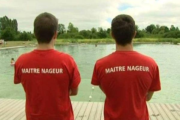 Valentin et Johan, maîtres nageurs à Monts-près-Chambord dans le Loir-et-Cher