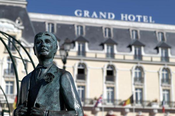 Marcel Proust représenté par un buste sur la place du casino de Cabourg