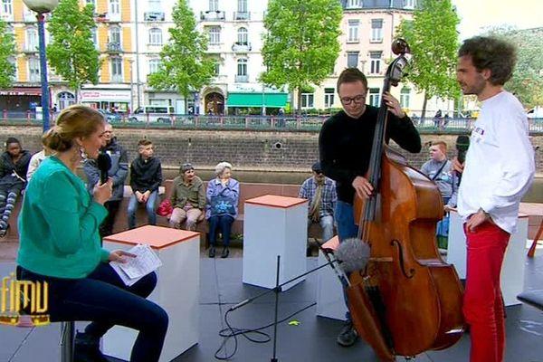 Florence Cicolella en plateau à Belfort avec deux des musiciens du groupe allemand B.B.Q, lors de l'émission spéciale consacrée au FIMU, le samedi 14 mai 2016.