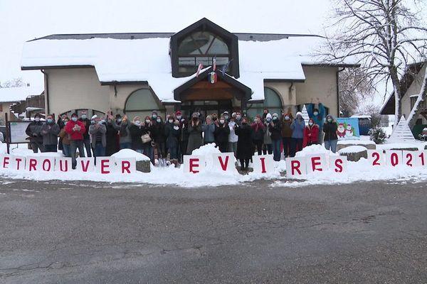 Des habitants d'Evires manifestent devant la mairie de Fillière.